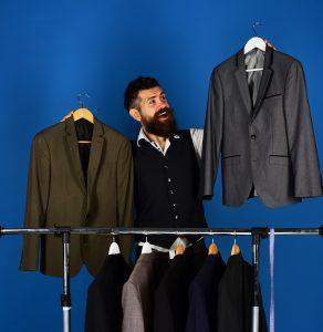 Apresentação do vendedor em uma loja de roupas