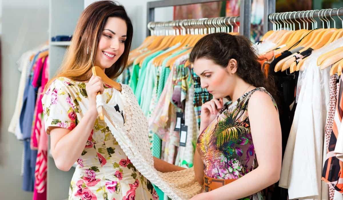 Como atender clientes em uma loja de roupas